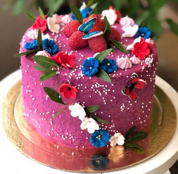 Фото 25. Оригинальный торт украшен цветами без глютена
