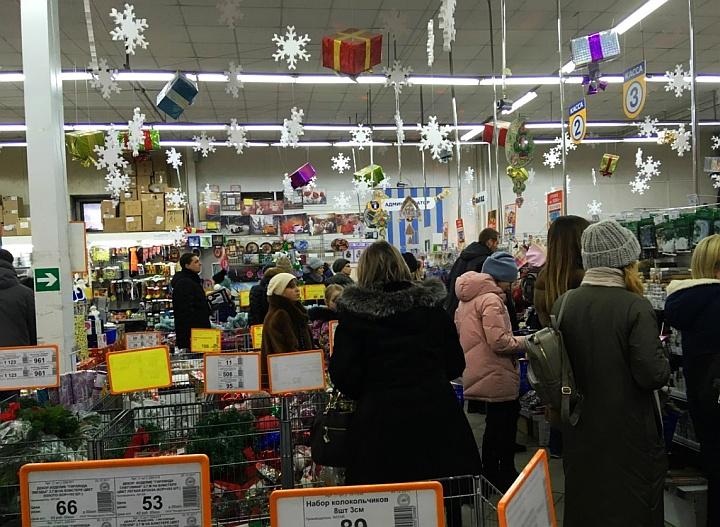 Предновогодние очереди в кассу тянутся в торговый зал и мешают другим покупателям