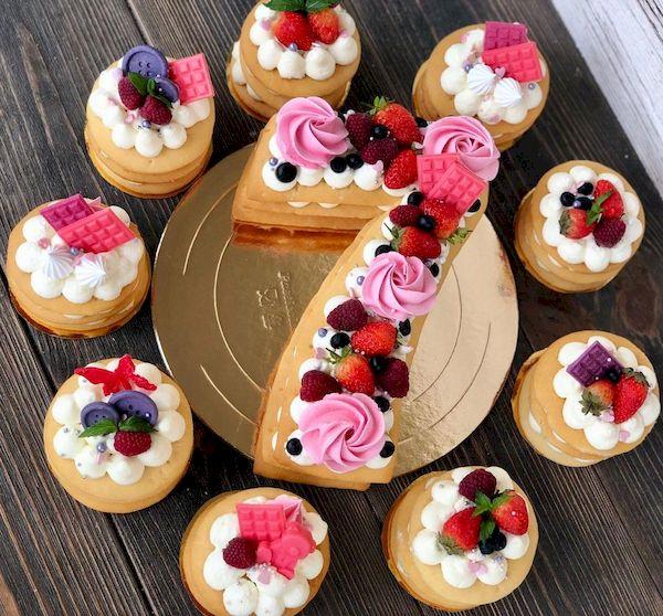 Фото 33. Торт в оригинальном исполнении с набором пирожных без глютена