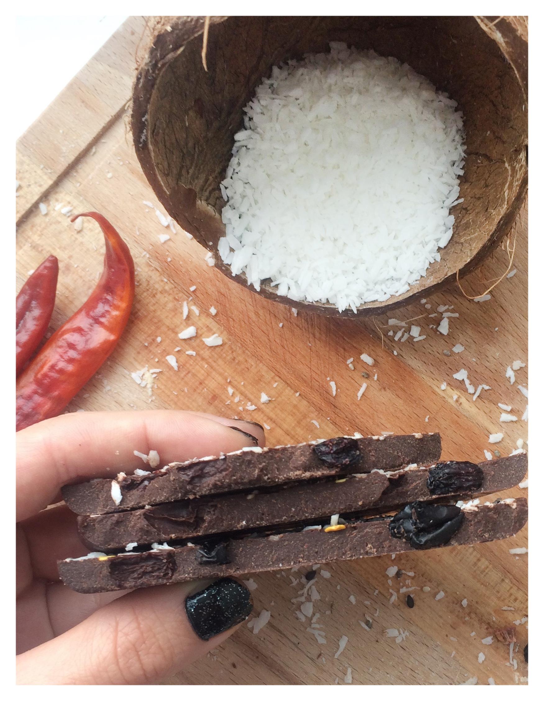 Шоколад черный с изюмом, чили и кокосовой стружкой