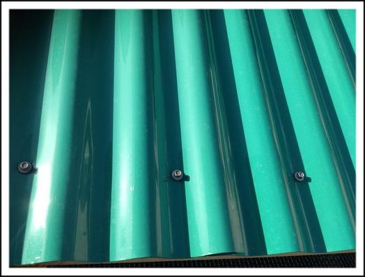 От дождя закрываем крышу волновым ПВХ настилом