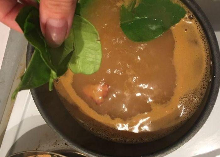 Паста том ям , листья кафрского лайма, галангал, лемонграсс