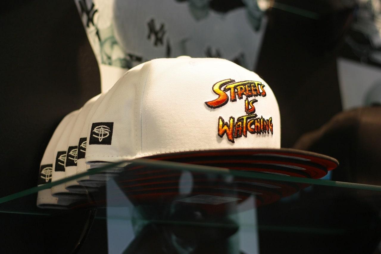 Полки с кепками Sneaktip фото