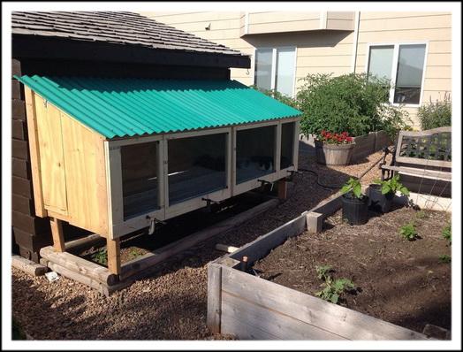 Крепим фронтальную стенку и застилаем крышу