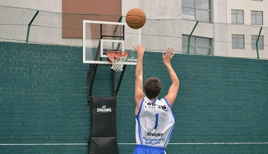 Spalding помог открыть баскетбольную площадку в Нижнем