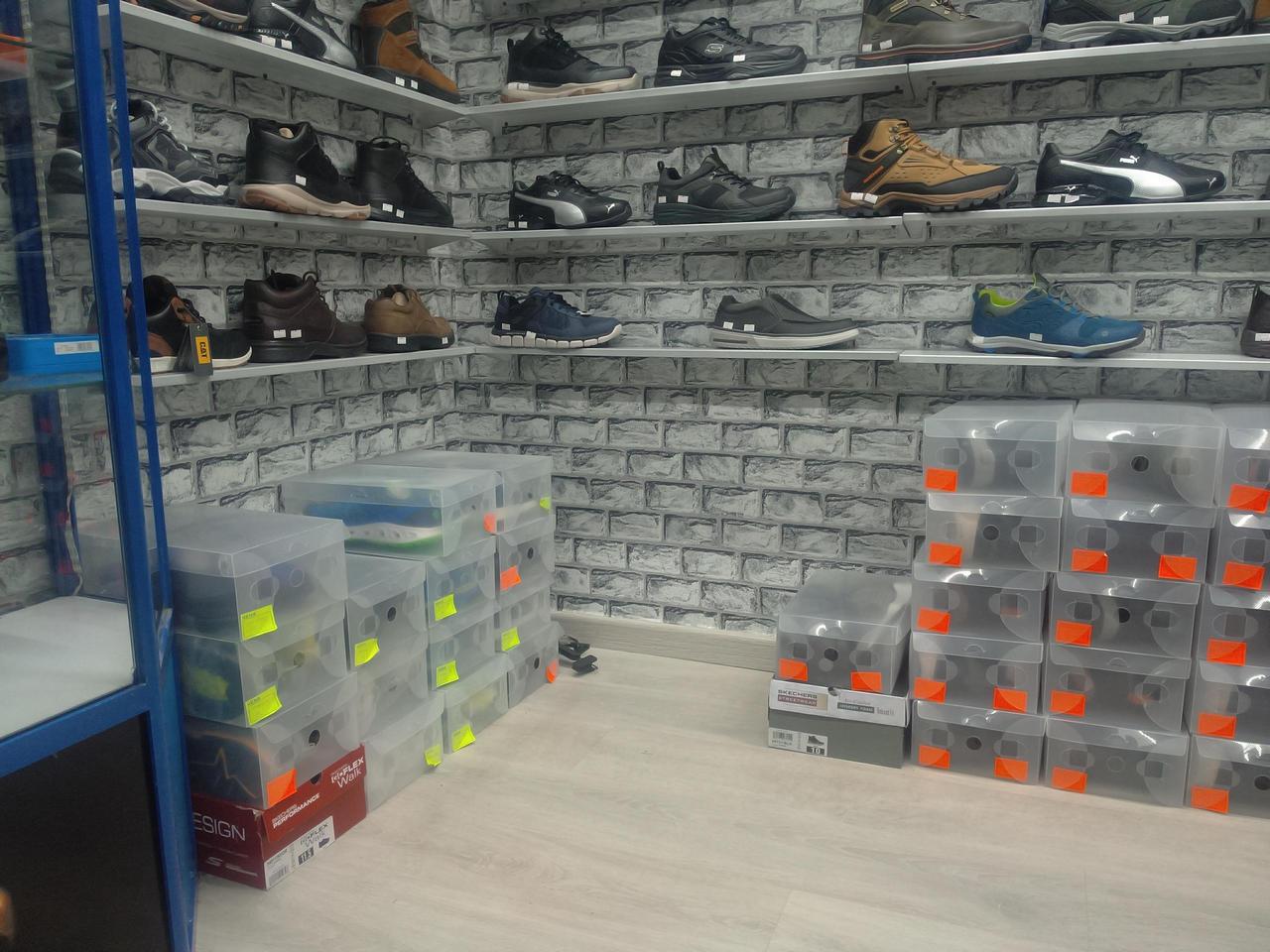 Использование пластиковых коробок для хранения и показа в обувном магазине