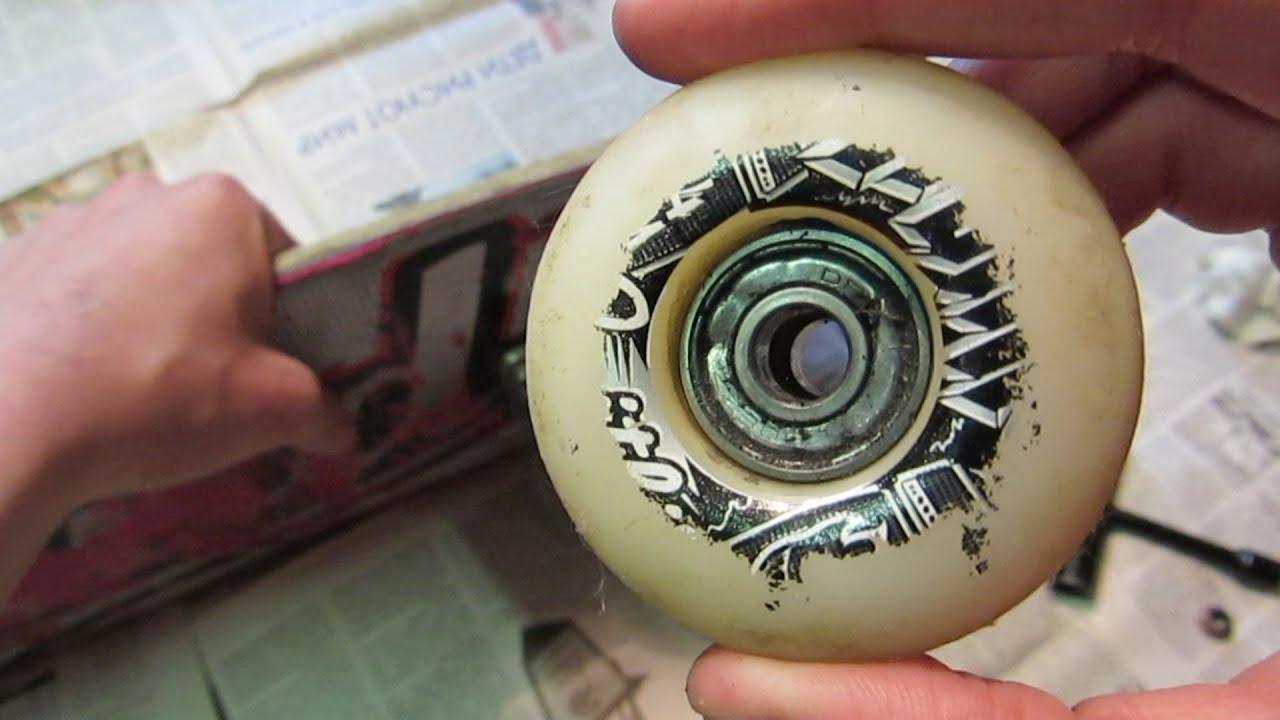 Вынимают подшипник из колеса скейтборда