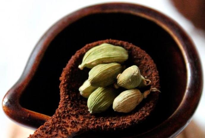 приготолвение кофе с кардамоном фото