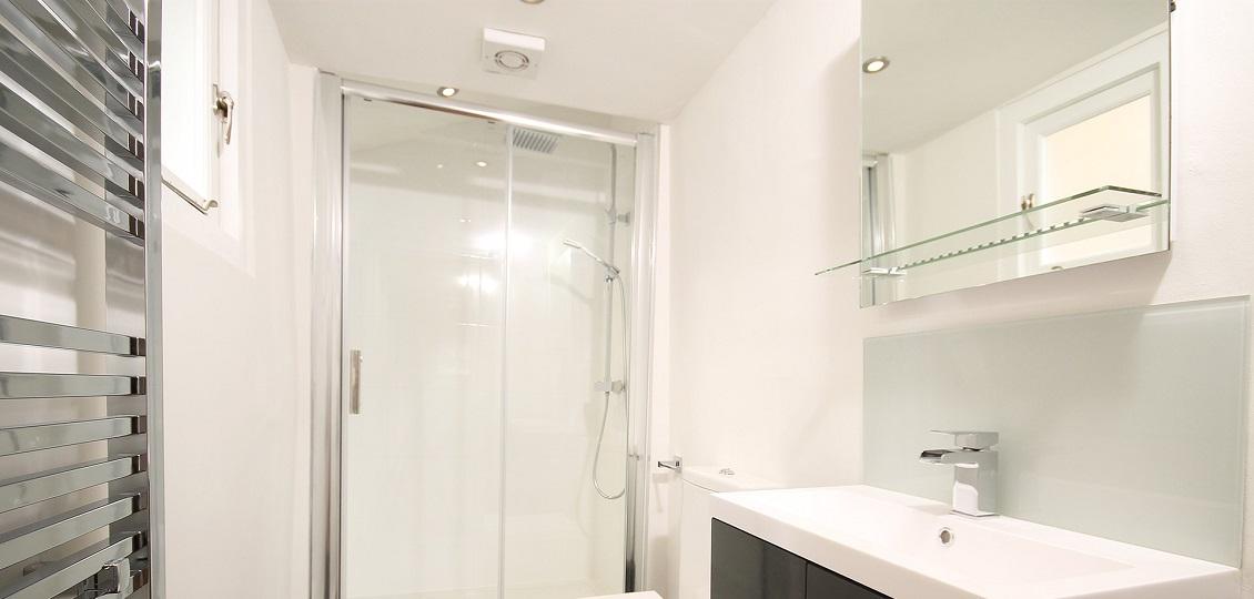 Зеркало в ванную с полкой