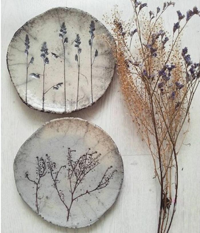 круглое панно барельеф с растительным рисунком