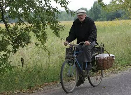 Дедушка в деревне на велосипеде