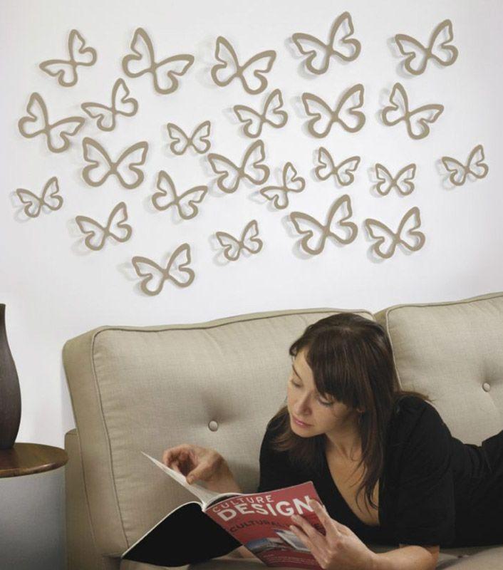 бабочки на стене над диваном