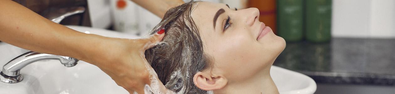 девушке моют голову в всалоне