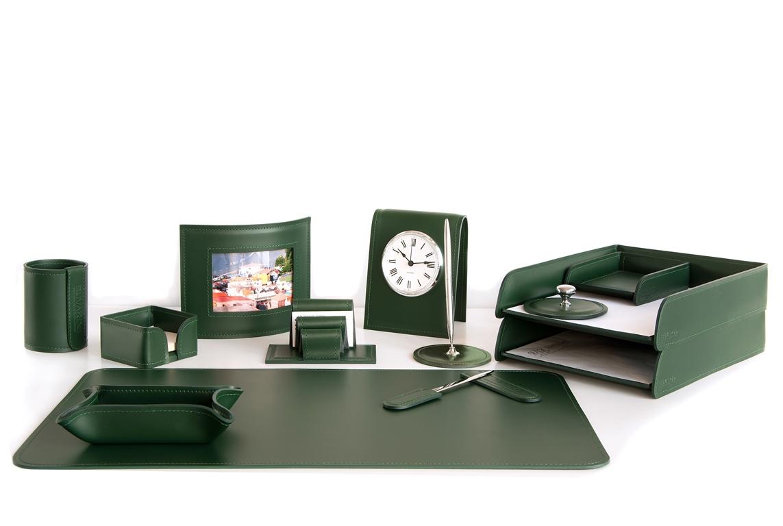 Набор на стол руководителя из бювара и аксессуаров в зеленой коже Cuoietto.