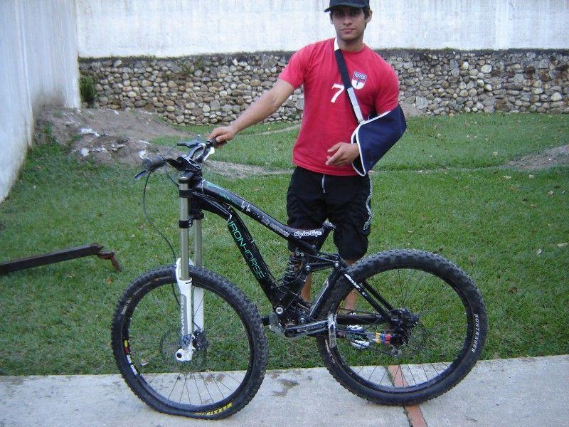 сломанная рама велосипеда