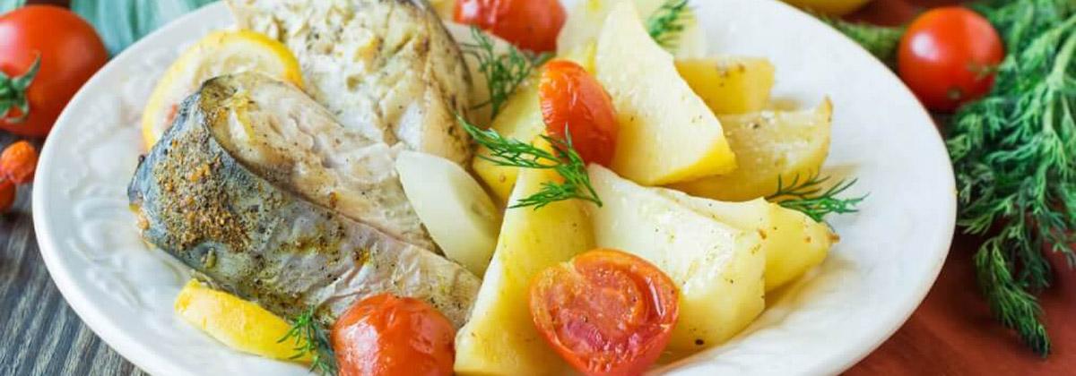 Запеченная скумбрия с овощами и лимоном