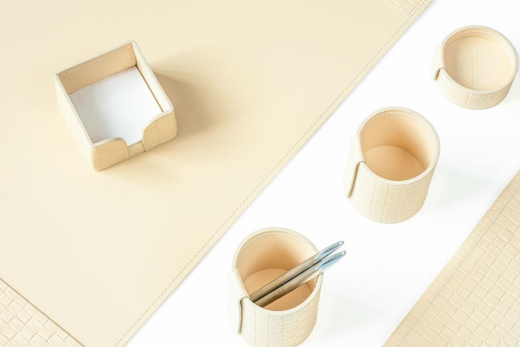 бежевые кожаные аксессуары на письменный стол