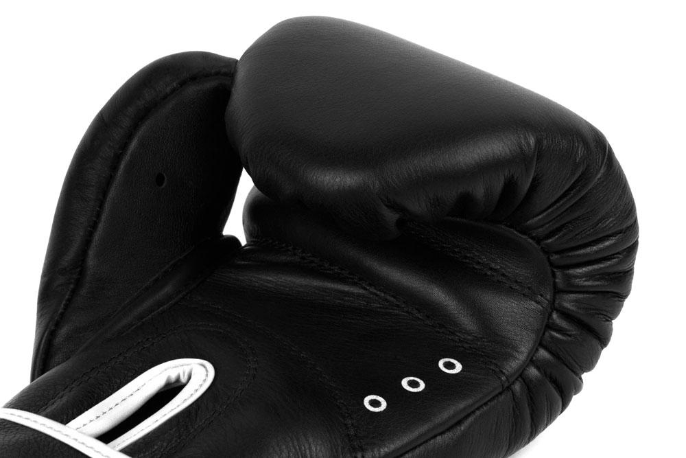 Вид вентиляции черно-белых боксёрских перчаток Dozen Monochrome