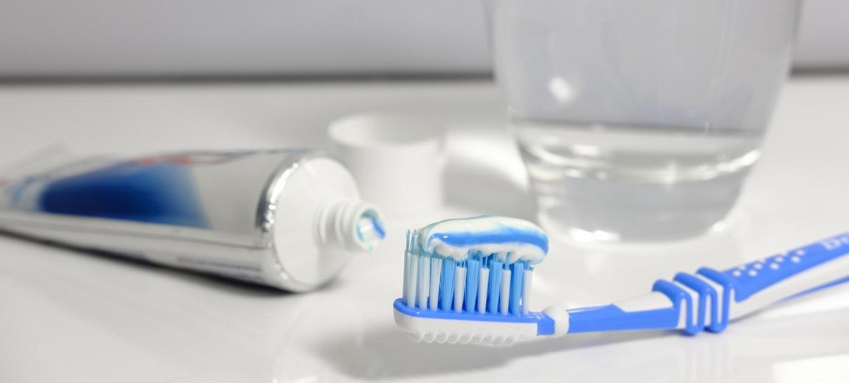 Почистить ванну зубной пастой