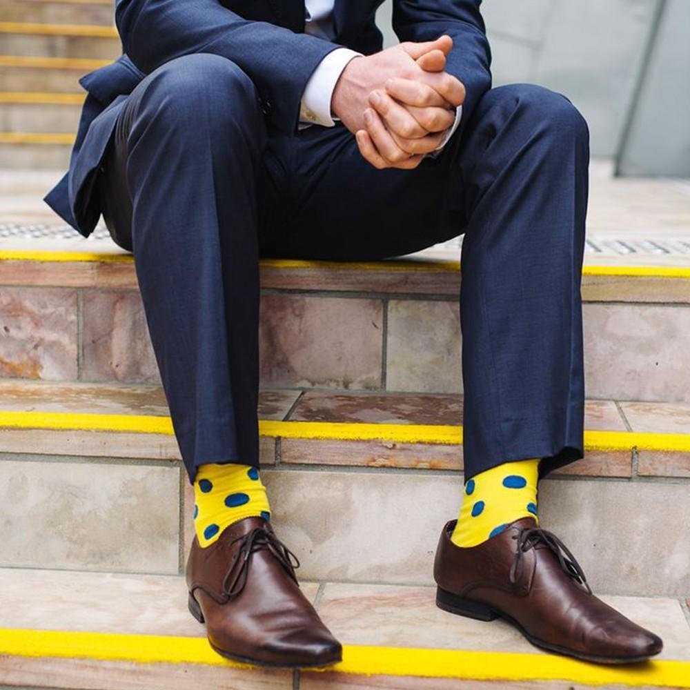 Яркие носки под костюм