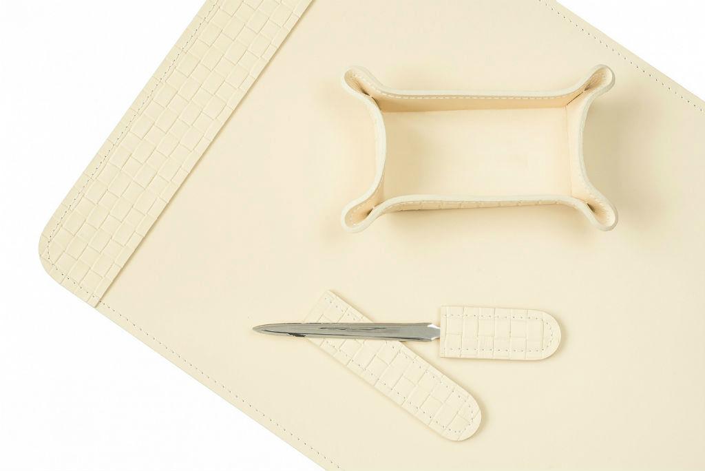 Настольный набор из кожа Cuoietto цвета слоновая кость с тиснением intrecciato