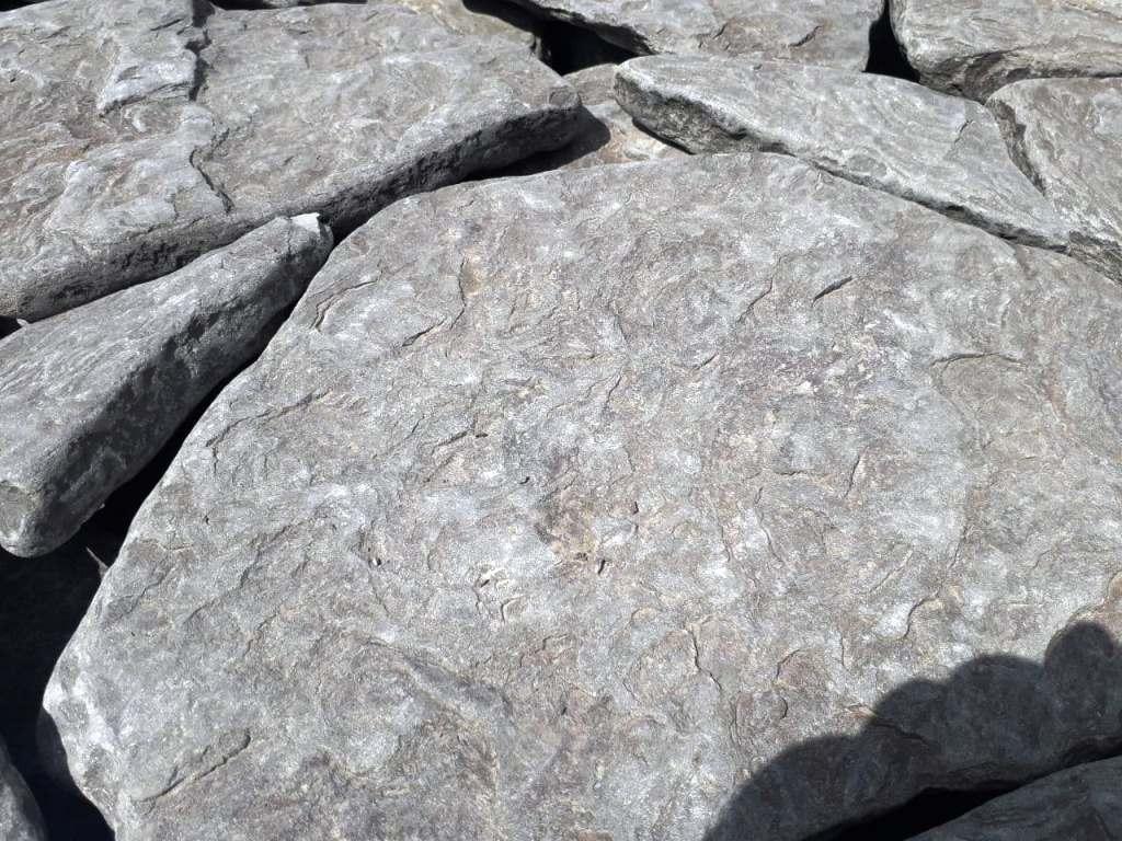 Песчаник галтованный серый
