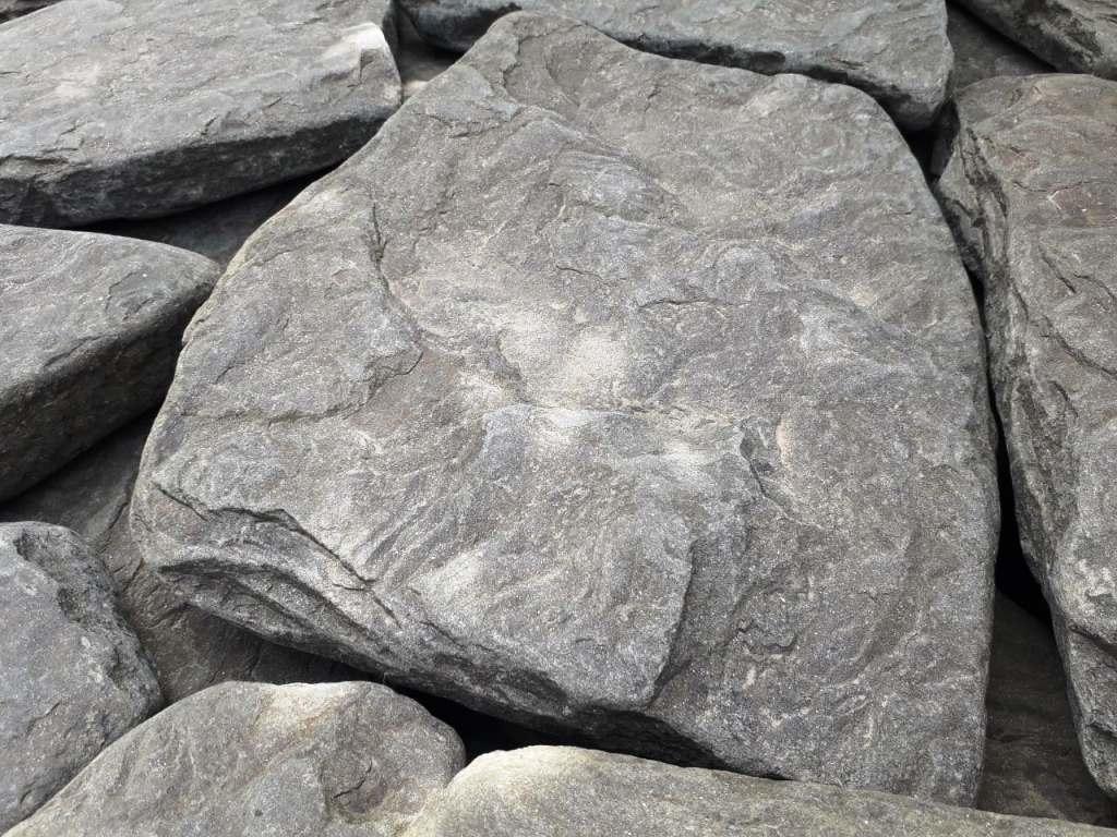 Песчаник галтованный ручейник Дракон серый