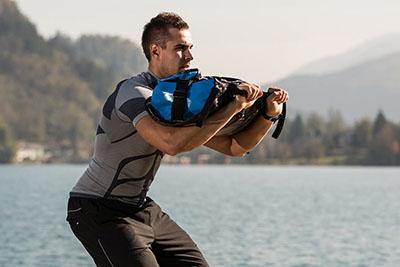 Фото упражнение со спортивным мешком для кроссфит