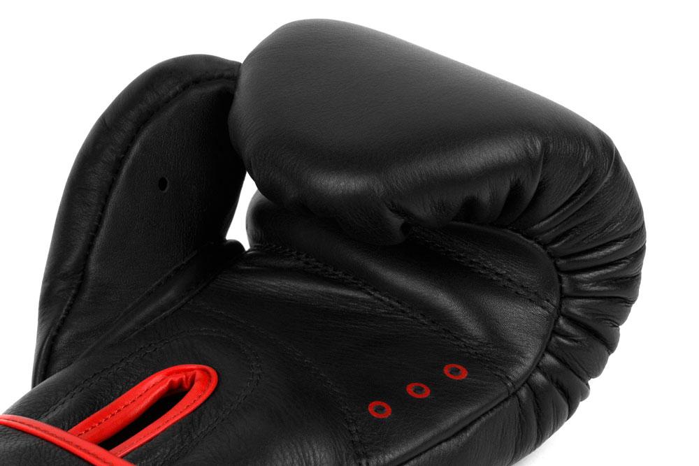 Вид вентиляции черно-красных боксёрских перчаток Dozen Monochrome