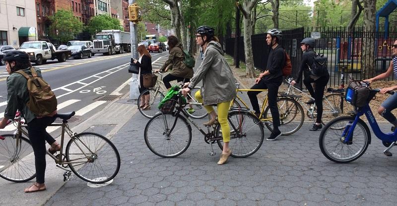 Велосипедисты на тротуаре