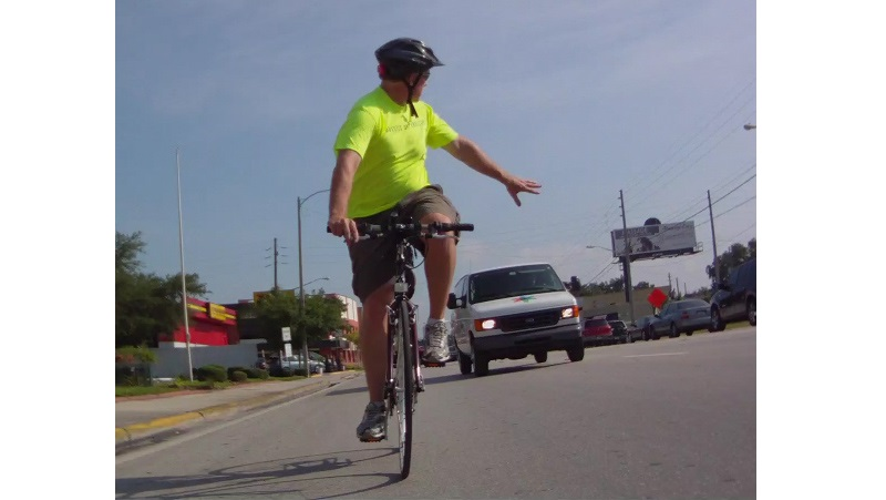 Велосипедист поворачивает налево