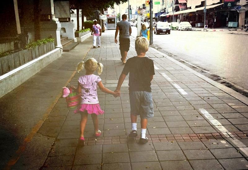 Дети на тротуаре