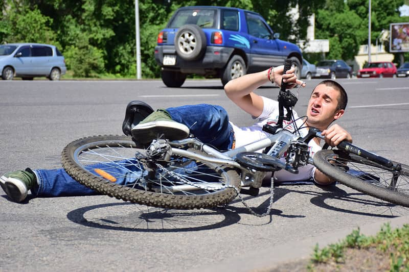 аварія з велосипедистом на дорозі
