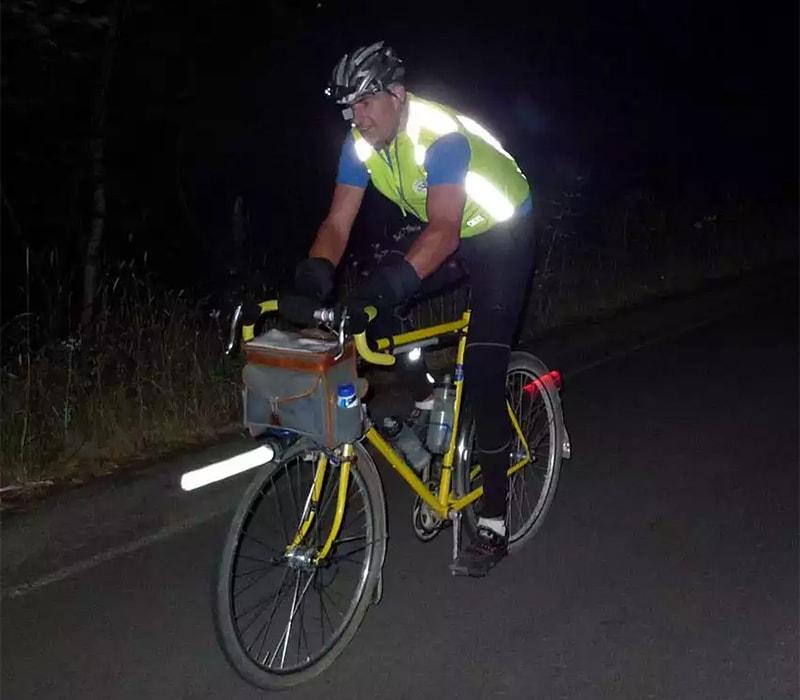 Велосипедист в светоотражающем жилеті