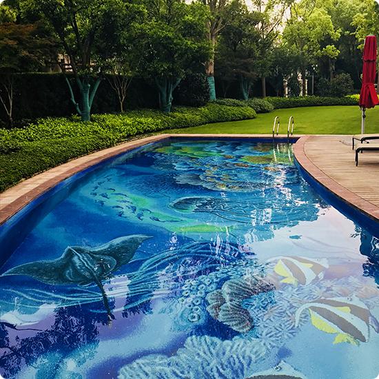 Фото Уличный бассейн с рыбками из мозаики