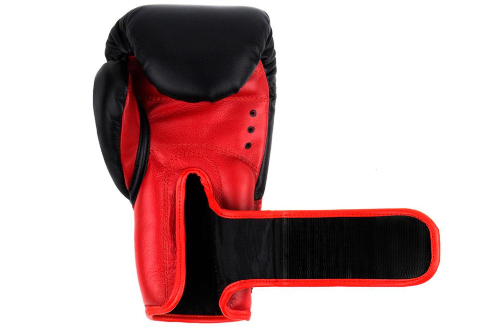 Ладонь черно-красных боксёрских перчаток Dozen Dual Impact