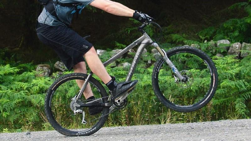 Как оторвать переднее колесо от земли