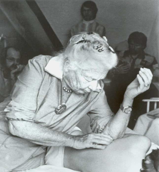 Іда Рольф під час рольфінгу