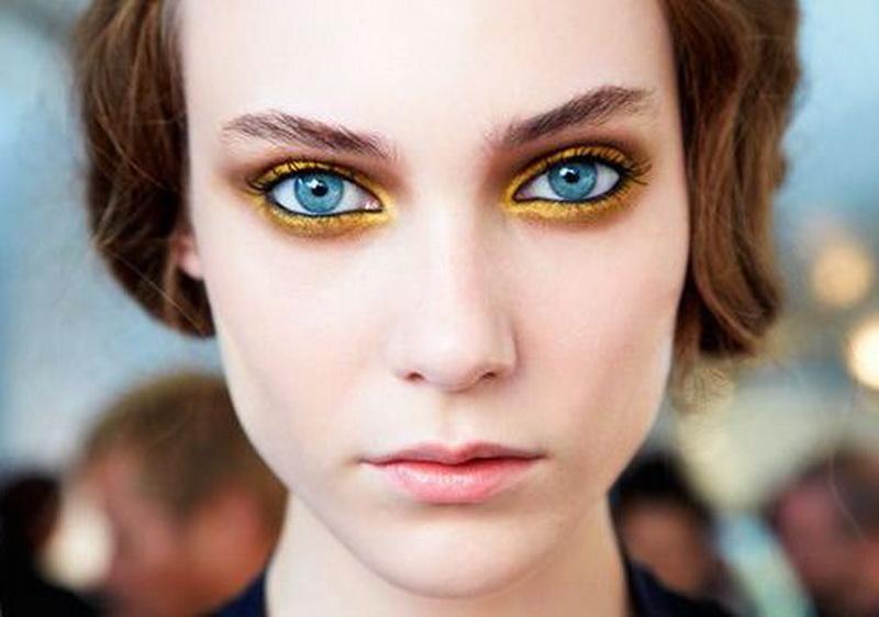 Девушка в цветных контактных линзах