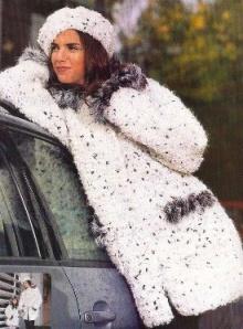вязаное пальто из буклированной пряжи