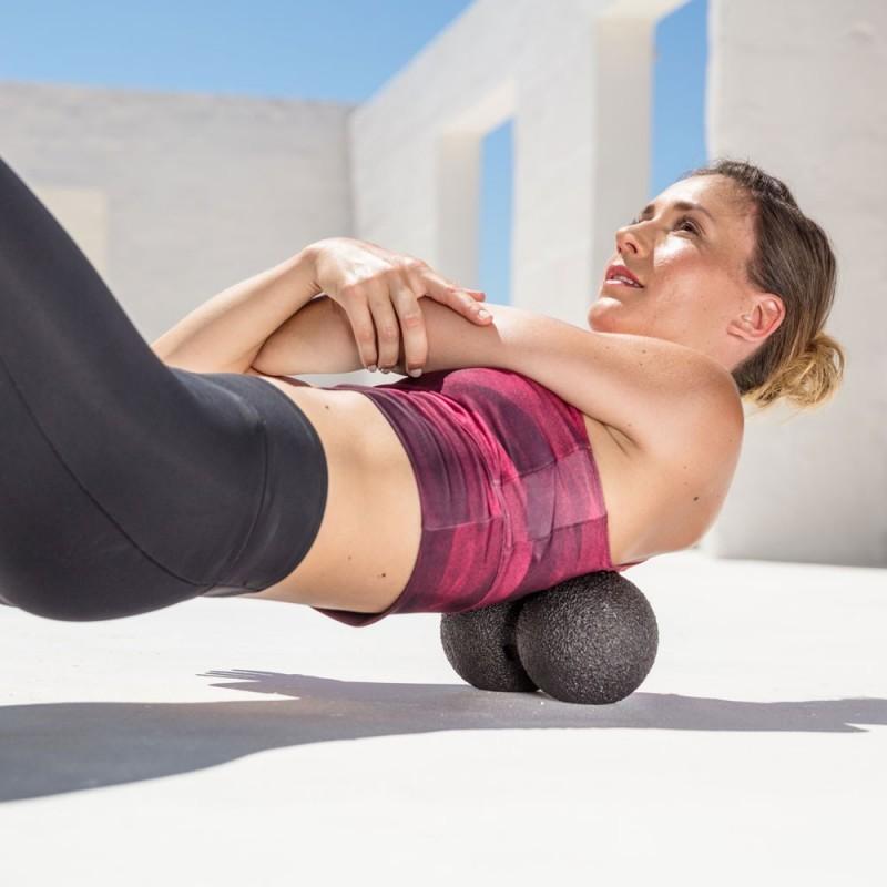 Проработка мышц двойным массажным мячем BLACKROLL