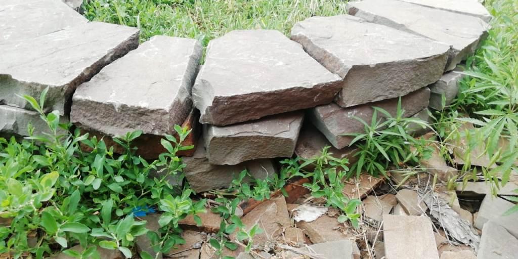 Камень серо-зеленый обтесанный