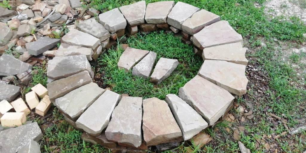 Кострище из камня песчаника Серого