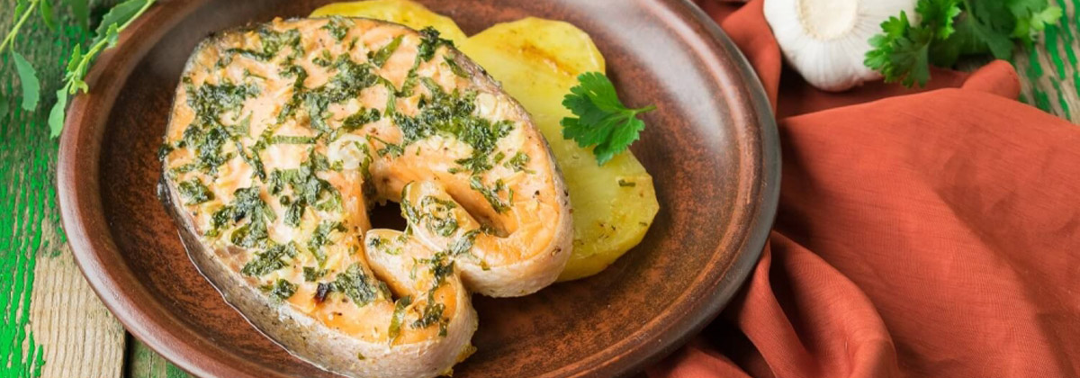 Запеченный лосось с картофелем и чесночным соусом