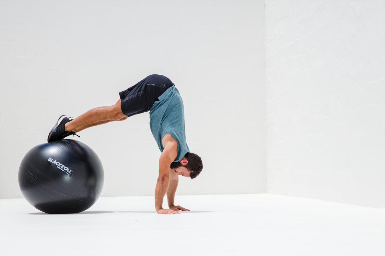 Вправа з гімнастичним м'ячем BLACKROLL