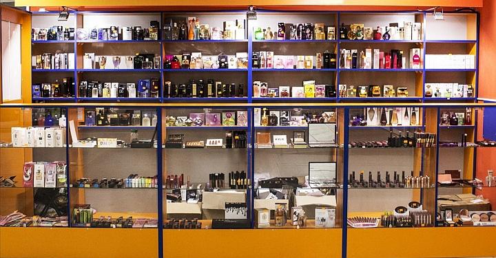 В хорошем парфюмерном магазине новый продавец должен изучить все духи на запах