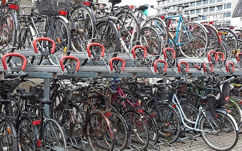 Велосипедная парковка в два яруса в Копенгагене