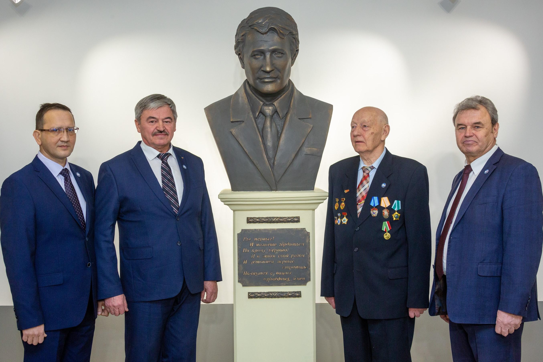 бюст первому директору завода Валерию Соколову
