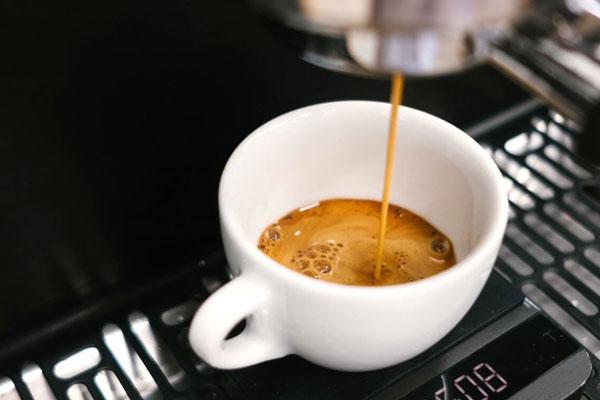приготовление кофе в рожковой кофемашине