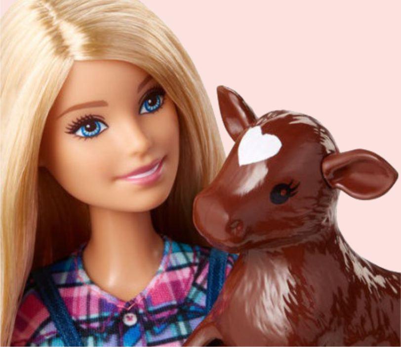 Барби и фигурка бычка